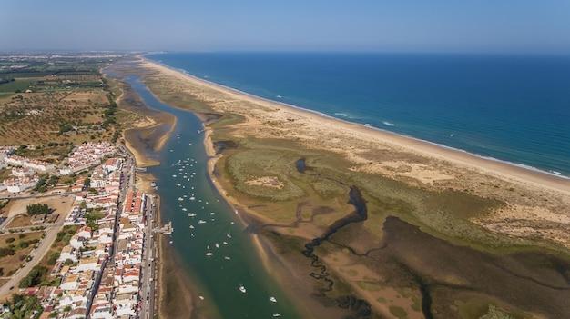 Aérien. le port de cabanas tavira. vue depuis le ciel.