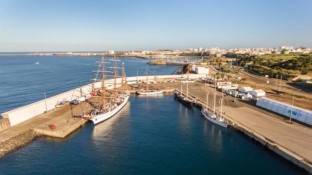 Aérien. port maritime portugais sinis avec voiliers en régate. photographier depuis le drone.