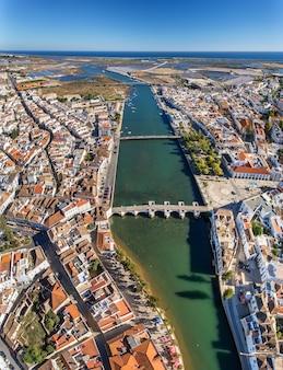 Aérien. la rivière gilao et les ponts dans la ville de tavira.