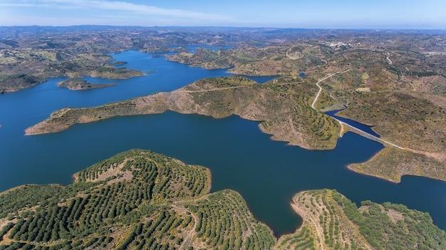 Aérien. vidéographie du drone, barrage réservoir odeleite. le portugal
