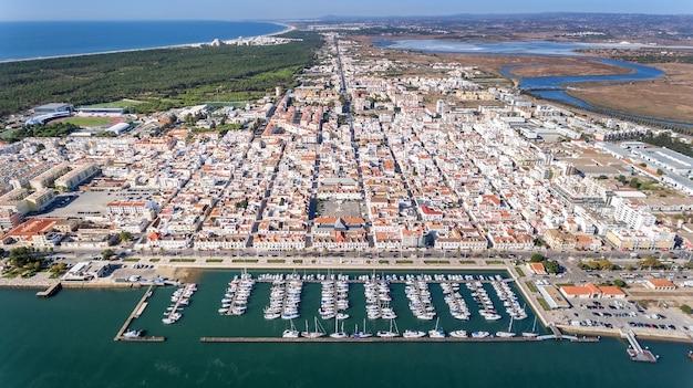 Aérien. village vila real sto antonio sur le fleuve guadiana, avec un port pour yachts et bateaux de pêche.