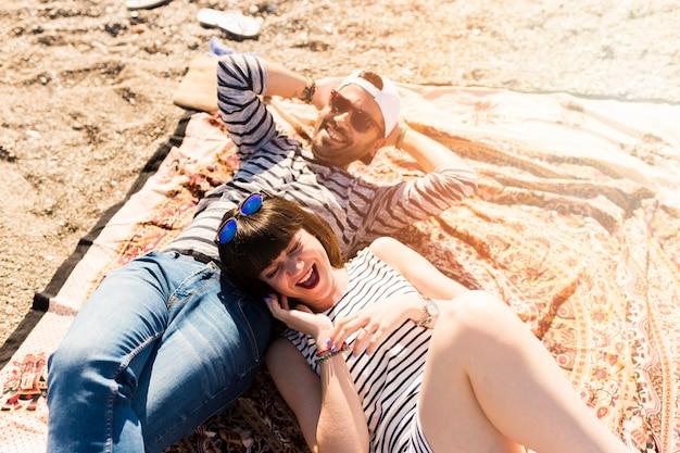 Aérien, vue, couple, mensonge, couverture, plage