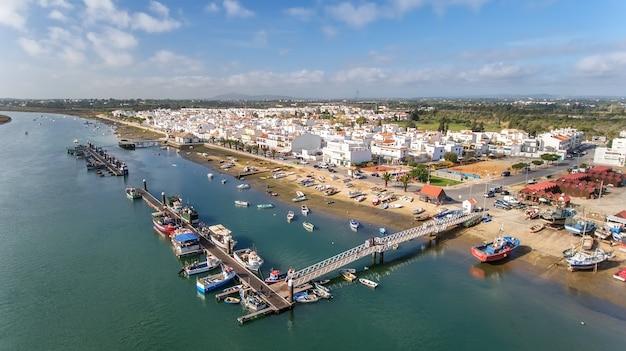 Aérien. vue depuis le ciel au village de santa luzia, tavira, portugal.