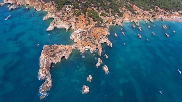 Aérien. vue depuis le ciel de la côte de portimao. plages submarino et praia joao de arens.