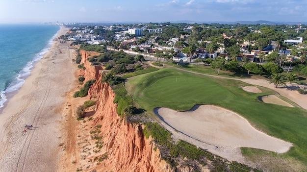 Aérien. vue depuis le ciel sur les terrains de golf de la ville touristique vale de lobo. vilamoura.