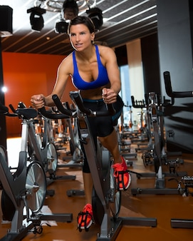 Aérobic, spinning, femme, exercice, gymnase