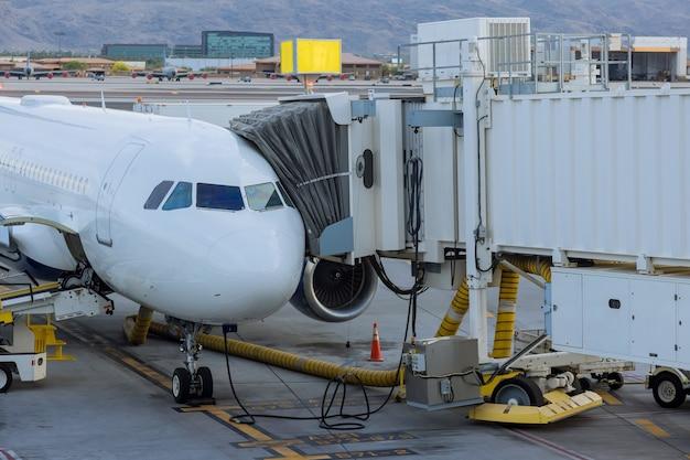 Aéronef à la passerelle d'embarquement reliée à l'avion pour l'embarquement des passagers