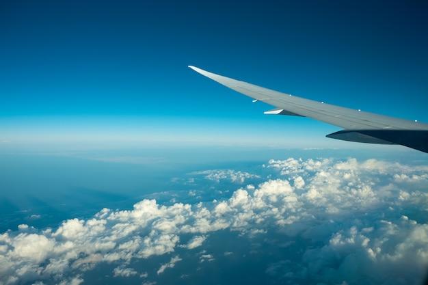 Aéronefs volant au-dessus du ciel bleu et du ciel. belle vue depuis la fenêtre de l'avion.