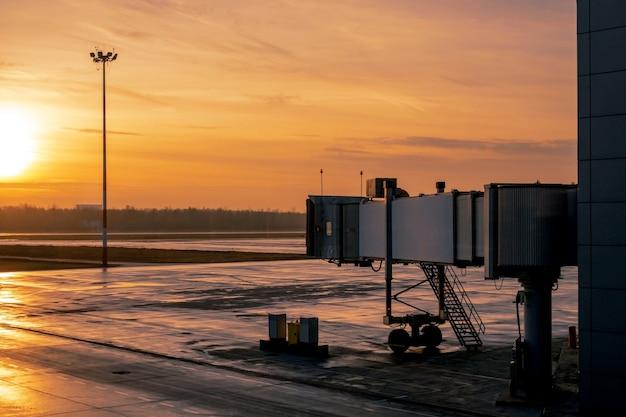 Un aéroport calme et vide avec vue sur la voie de circulation et le tube de l'avion