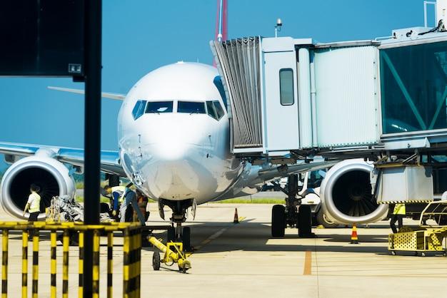 Aéroport en dehors de la scène de la fenêtre, attendant le vol