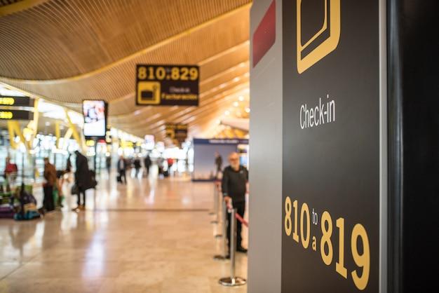 Aéroport à l'intérieur du terminal et comptoir d'enregistrement