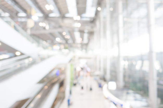 Aéroport moderne avec des escaliers mécaniques