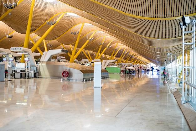 Aéroport vide à l'intérieur du terminal et comptoir d'enregistrement