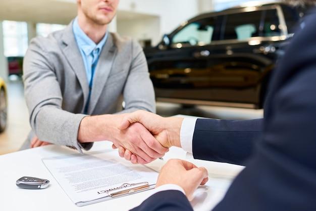 Affaire d'affaires dans la location de voitures