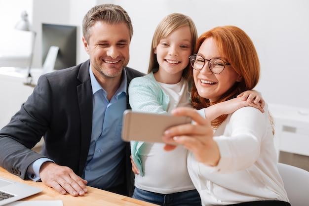 Affaire de famille. enfant brillant sincère et vif et ses parents se souvenant d'une belle journée