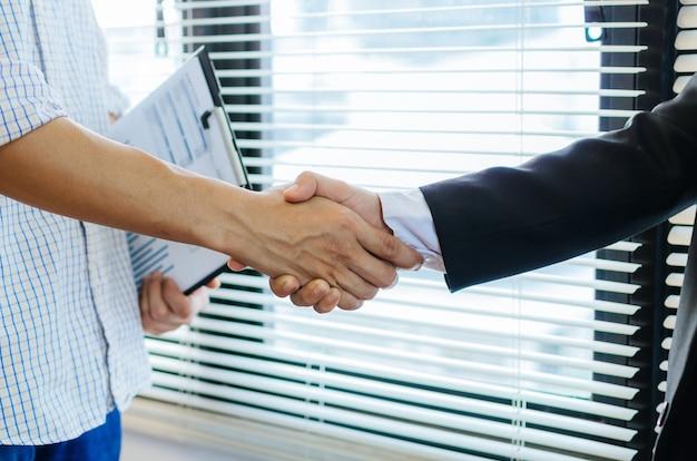 Affaire de poignée de main de gens d'affaires
