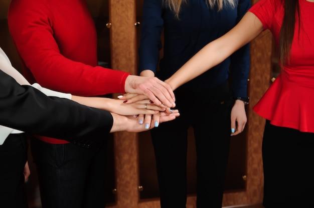 Affaires au bureau. concept de soutien de mains de pile d'équipe