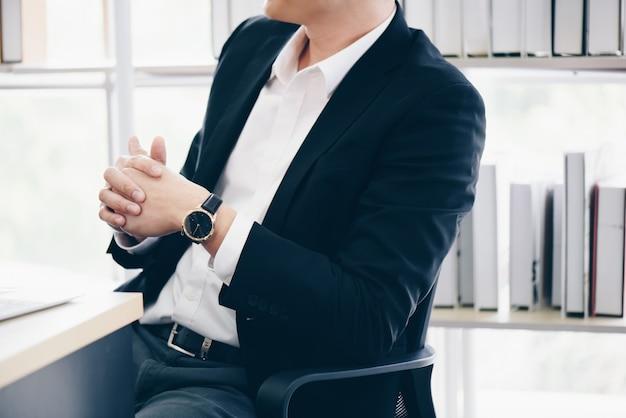 Affaires, et bureau concept business team avec flip board au bureau discuter