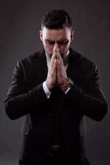 Affaires et bureau, le concept de jeune homme d'affaires priant les gens.