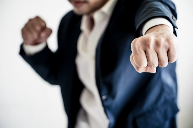 Affaires, combat, succès, concept homme d'affaires avec pose de combat.