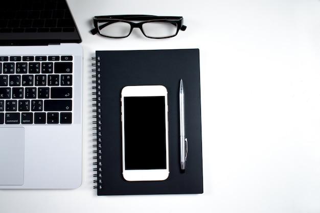 Les affaires consistent en ordinateur, téléphone, lunettes