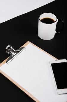 Affaires définies avec la tasse de téléphone portable page vierge de cartes vides de café
