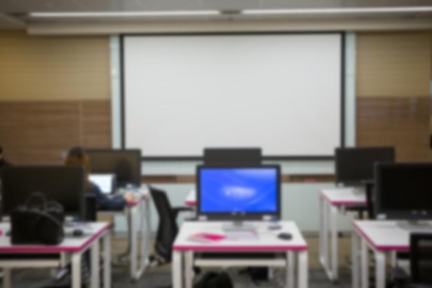 Affaires, développeur de logiciels travaillant sur ordinateur au bureau moderne