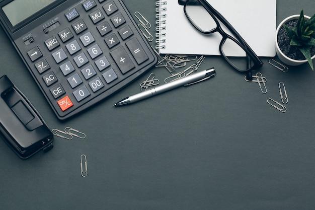 Affaires encore la vie avec la calculatrice sur la table dans le bureau.