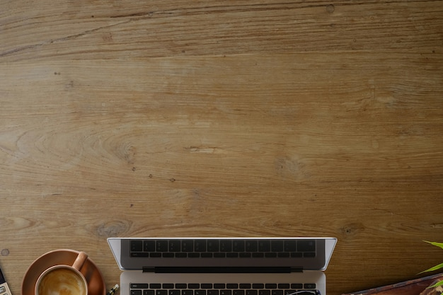 Affaires encore la vie. table de bureau en bois avec ordinateur portable, tasse de café et fournitures.