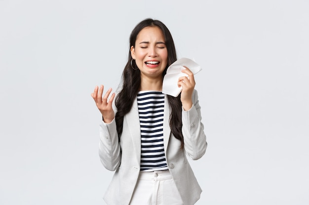 Affaires, finances et emploi, concept féminin d'entrepreneurs prospères. dame de bureau asiatique en détresse et mal à l'aise se sentant triste, pleurant et sanglotant, essuyez les larmes avec un mouchoir en papier, se plaignant