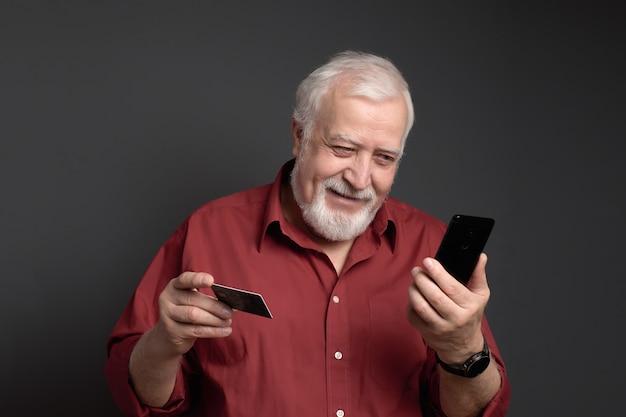 Affaires, grisonnant, homme, tenue, carte bancaire, téléphone, sourire