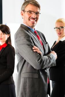 Affaires, groupe d'hommes d'affaires au bureau