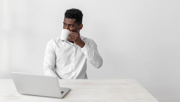 Affaires, homme américain africain, boire, café