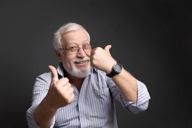 Affaires, homme à lunettes sourit et montre son approbation