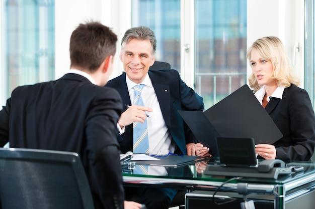 Affaires - jeune homme assis dans un emploi interview