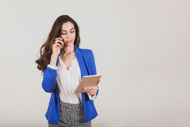 Affaires à parler au téléphone tout en maintenant une tablette