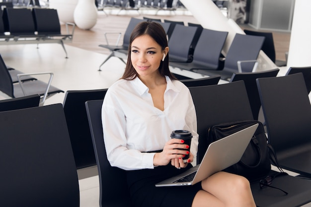 Affaires de pause. belle femme d'affaires travaillant sur ordinateur portable en attendant son vol dans un aéroport