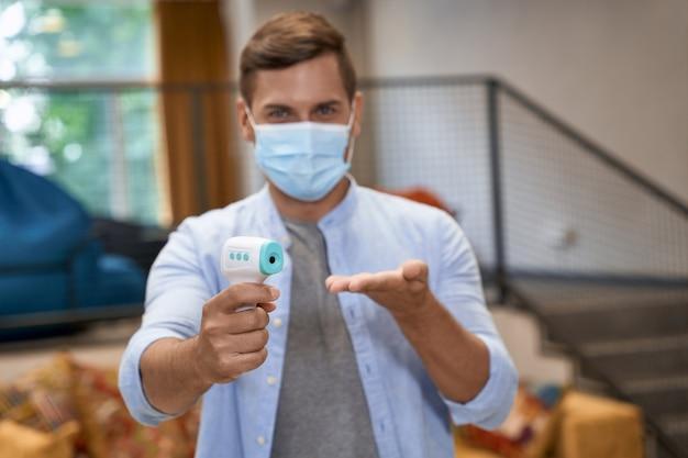 Affaires pendant covid ou coronavirus portrait d'un jeune employé de bureau portant des soins médicaux