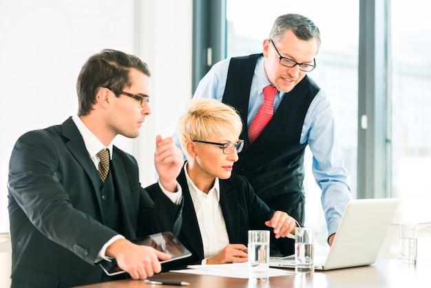 Affaires - réunion dans le bureau, personnes travaillant avec le document