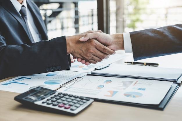 Affaires serrant la main après avoir discuté de la bonne affaire du contrat commercial et des nouveaux projets