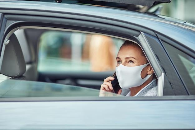 Affaires en tant que nouveau concept normal vue latérale d'une femme d'affaires caucasienne portant une protection médicale