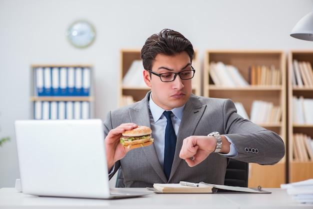 Affamé, drôle, homme affaires, manger, sandwich, malbouffe