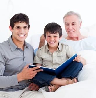 Affectueux père et fils visitant grand-père