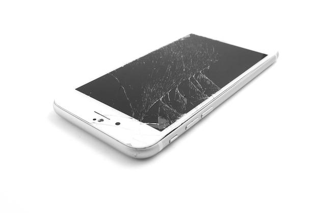 Affichage cassé de téléphone portable sur un fond blanc