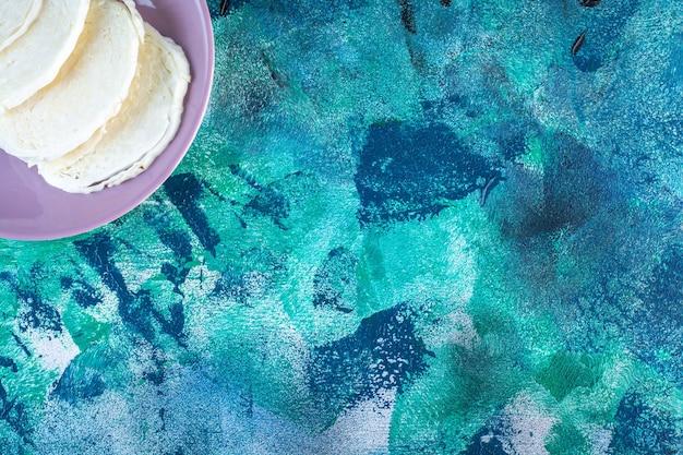 Un affichage de chou tranché sur une assiette