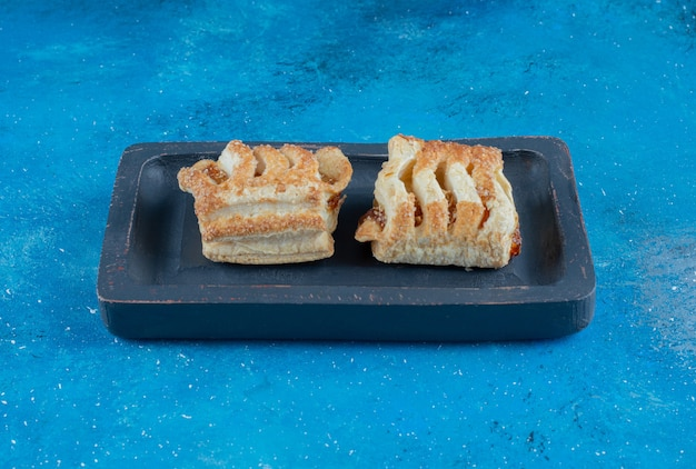 Affichage des cookies sur le plateau, sur le fond bleu. photo de haute qualité