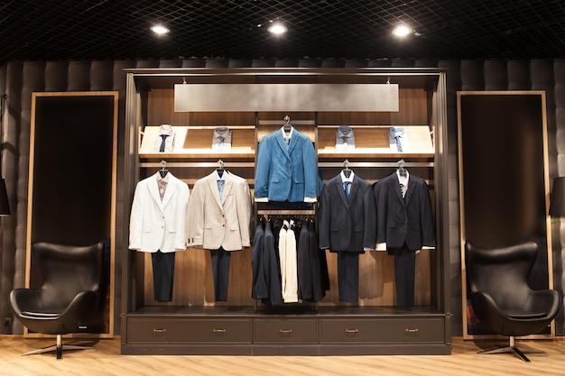 Affichage avec des costumes pour hommes en magasin