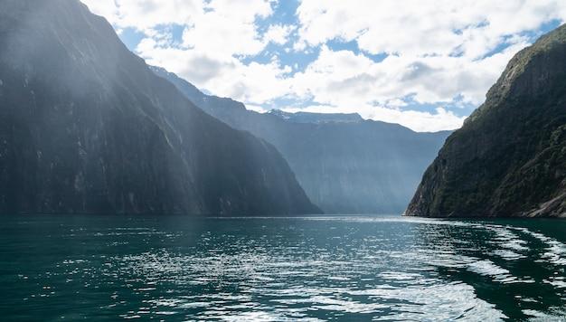 Affichage du fjord pendant une journée ensoleillée photo prise dans le parc national de milford sound fiordland en nouvelle-zélande