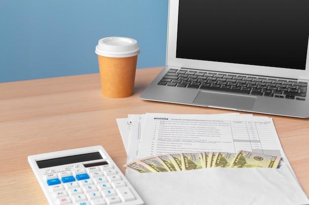 Affichage du rapport d'activité et financier. comptabilité, argent gros plan