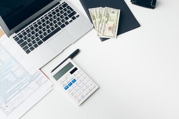 Affichage du rapport commercial et financier. comptabilité, argent gros plan